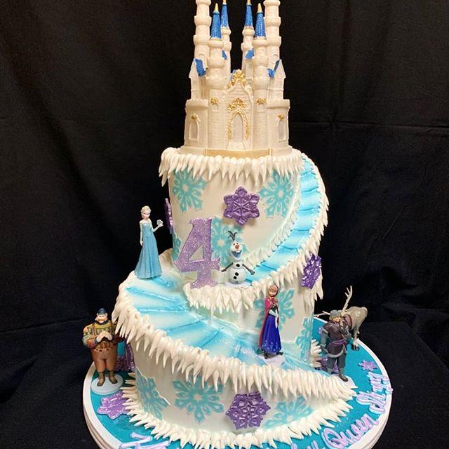 Torta de tres pisos en forma de castillo de la princesa de hielo