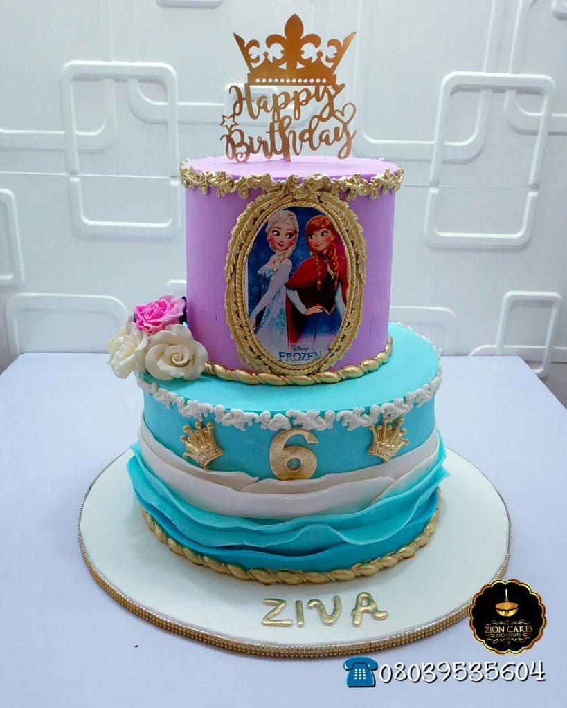 Torta de cumpleaños en azul y lila con Elsa y Ana