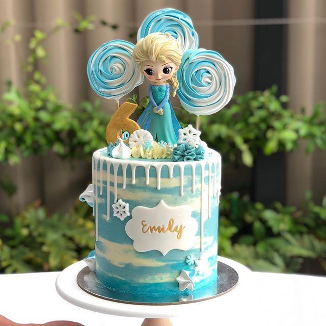 Hermosa torta de un piso con Elsa la princesa de hielo
