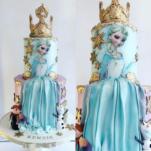 Pastel de tres pisos en dorado y personajes de Frozen