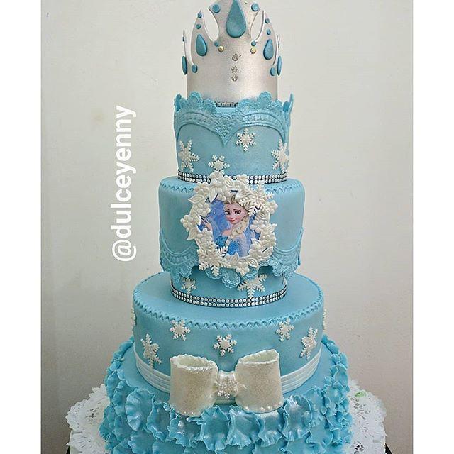 Pastel de tres pisos azul con la princesa Elsa personaje de Frozen
