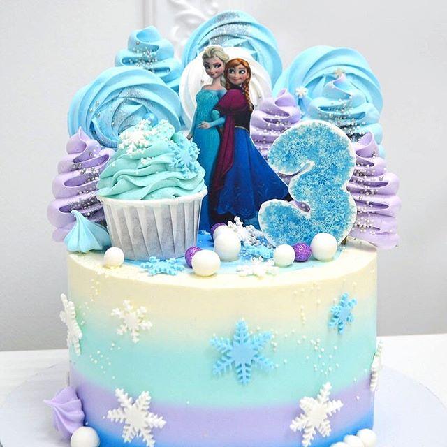 Torta cubierta de crema con Ana y Elsa personajes de Frozen
