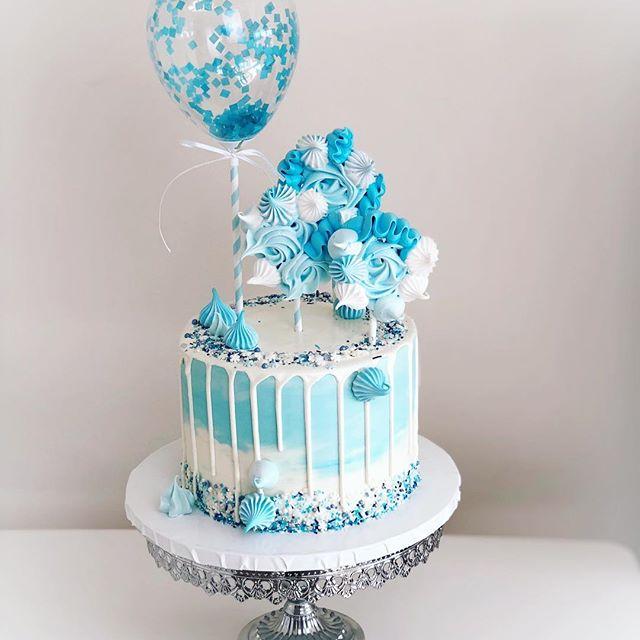Torta elegante de frozen con merengues azules y blancos