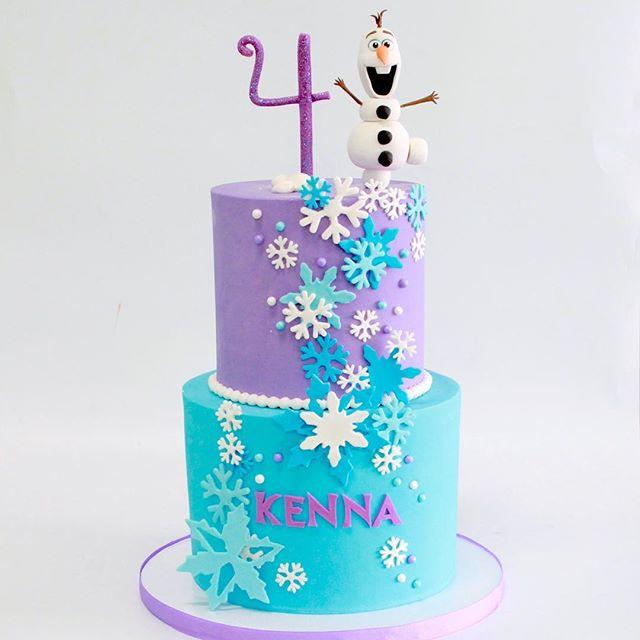 Torta de cumpleaños azul y lila con Olaf
