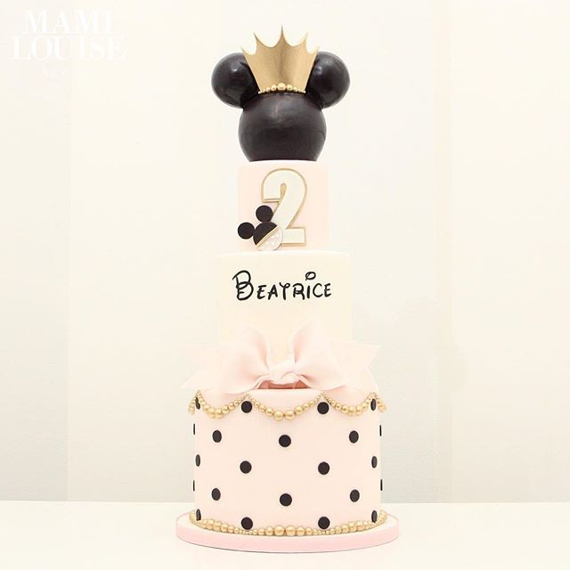Torta de 3 Pisos clásica en blanco y negro con corona dorada Minnie Mouse.