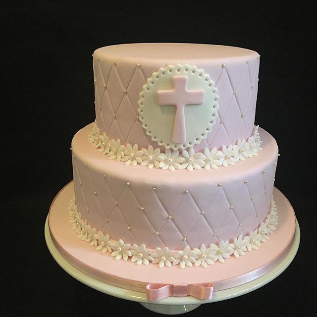 Pastel 2 pisos con cobertura en pastillaje rosa y decoración en fondant blanco.