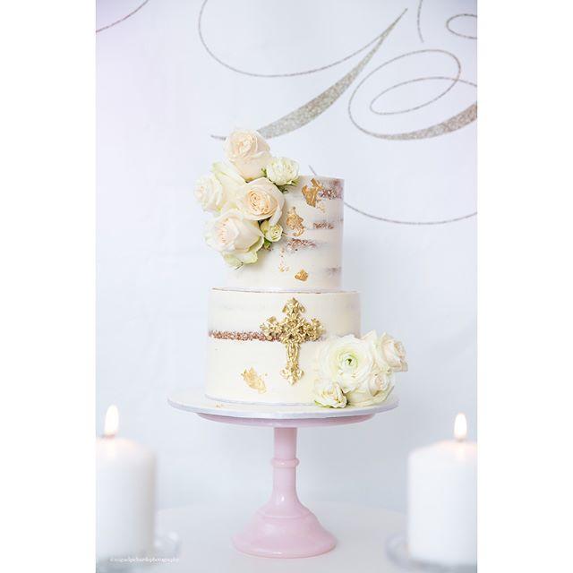 Torta estilo rústico decorado con rosas Blancas y cruz en tono dorado.