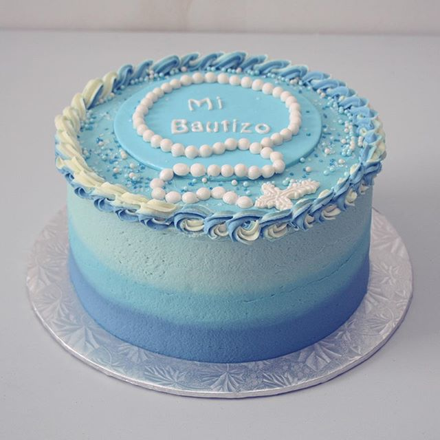 Ponque decorado en crema con tonos degradados de azul.