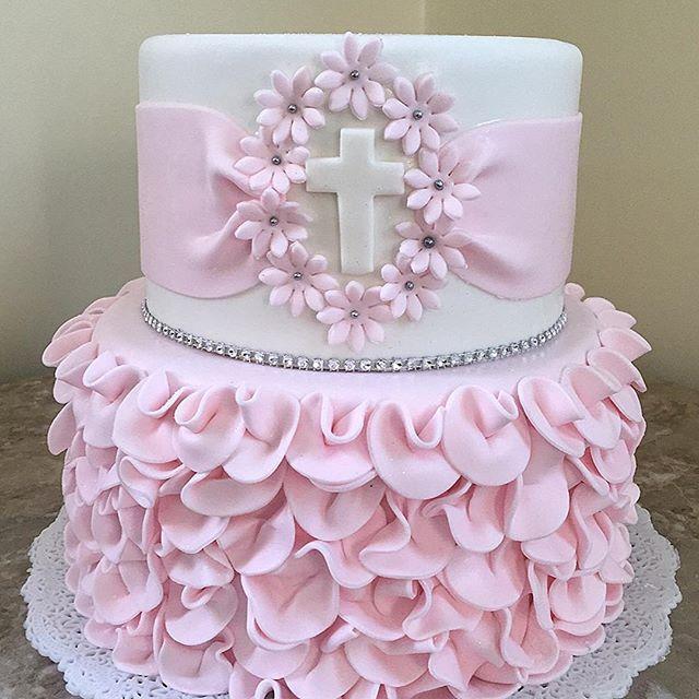 Ponqué de 2 pisos blanca con decoración en fondant rosa y apliques con perlas.
