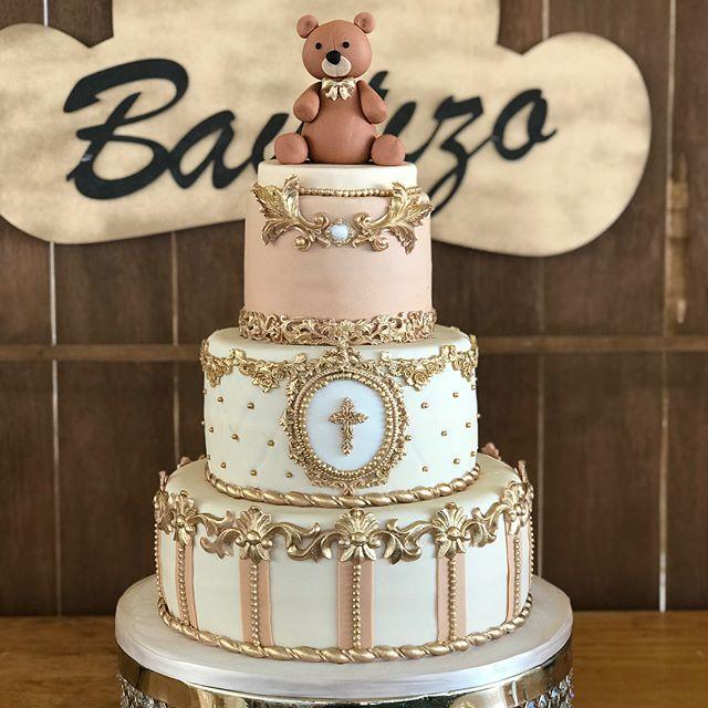 Torta de 3 pisos decorado en Oro y rosa con personaje de oso.