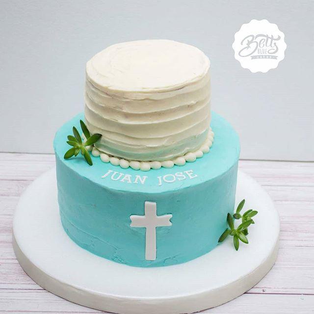 Torta sencilla de 2 pisos en blanco y azul celeste.
