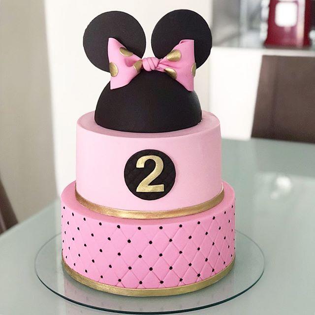 Torta sobria en tonos rosa y negro con apliques dorados Minnie Mouse.