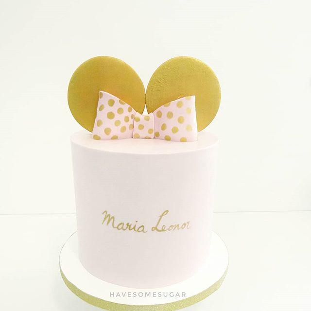 Torta  Minnie Mouse con galletas y moño dorado.