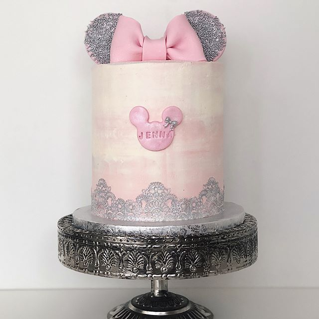 Pastel sencillo de 1 piso en tonos Rosa y plata Minnie Mouse.