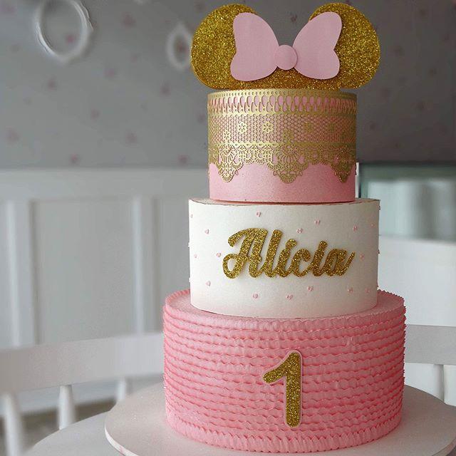 Torta dorada blanca y rosa de 3 pisos Minnie Mouse.