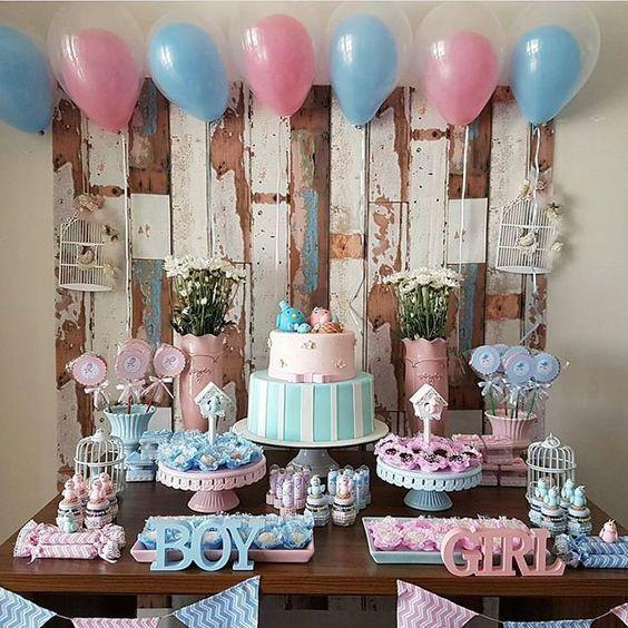 Decoración mesa rosa y azul pastel para revelación de género